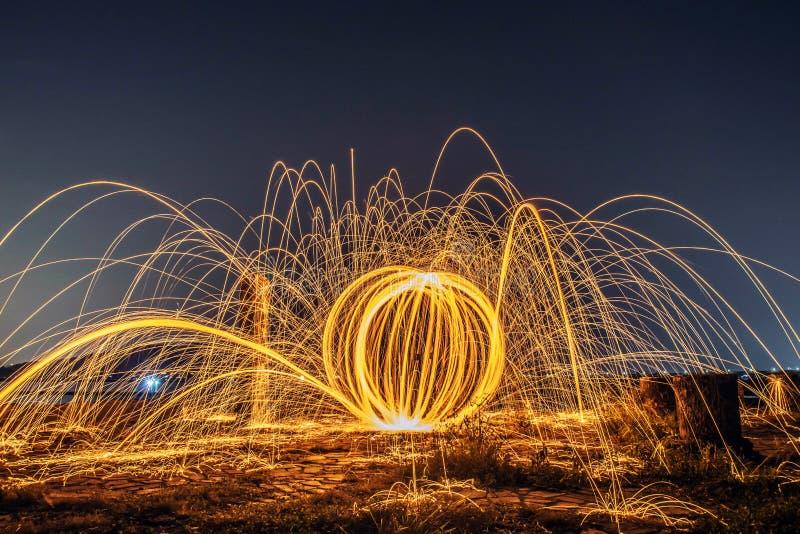 Μακροχρόνια έκθεση που καίει και που περιστρέφει του χάλυβα woolon στοκ εικόνα
