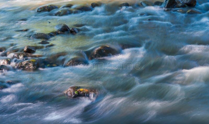 Μακροχρόνια έκθεση που πυροβολείται του ποταμού Olt στην Τρανσυλβανία, Ρουμανία, εστίαση στο βράχο στοκ εικόνα με δικαίωμα ελεύθερης χρήσης