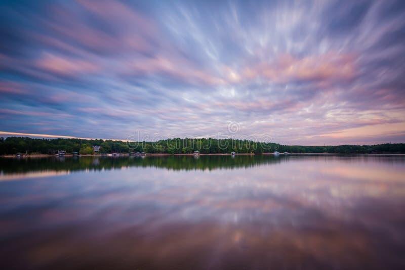 Μακροχρόνια έκθεση της λίμνης Norman στο ηλιοβασίλεμα, στη νορμανδική κρατική ισοτιμία λιμνών στοκ φωτογραφία με δικαίωμα ελεύθερης χρήσης
