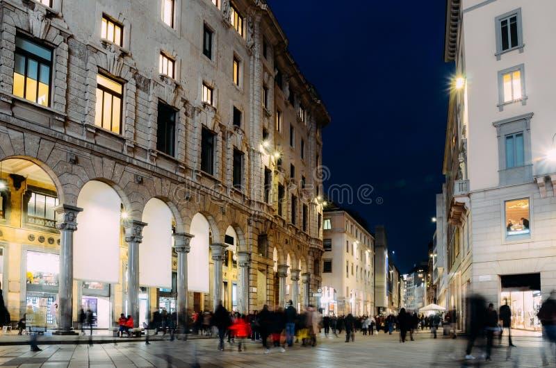 Μακροχρόνια έκθεση των αγοραστών Χριστουγέννων σε Corso Vittorio Emanuele ΙΙ κοντά σε Duomo στο Μιλάνο, Λομβαρδία, Ιταλία τον κρύ στοκ εικόνες