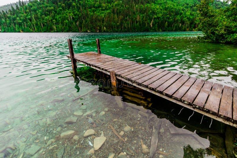 Μακροχρόνια αποβάθρα και καταπληκτική άποψη μιας λίμνης στοκ εικόνα