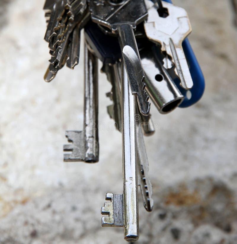 Μακροχρόνια βασικά και άλλα κλειδιά για να ανοίξει την κλειδαριά πορτών στοκ εικόνες με δικαίωμα ελεύθερης χρήσης