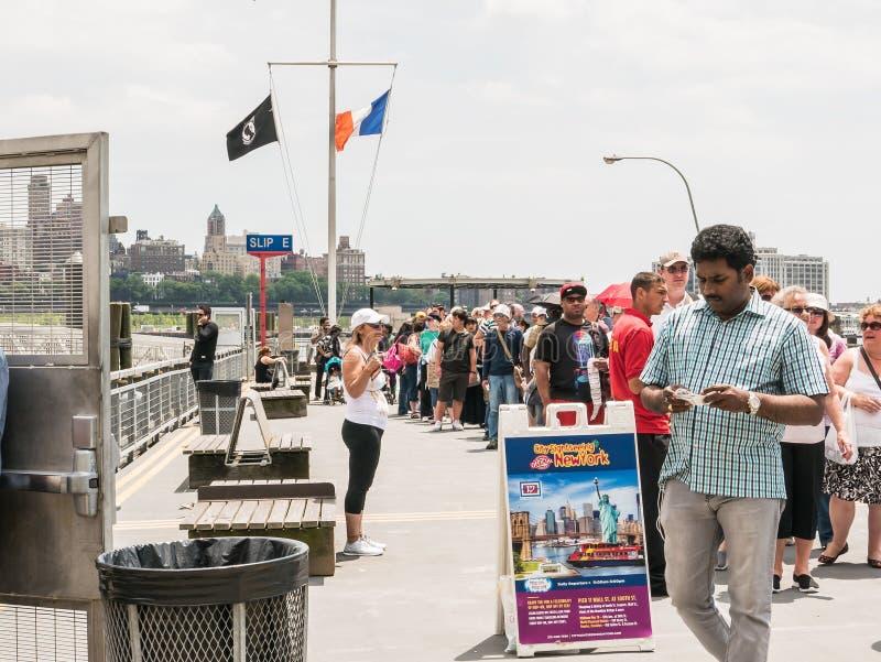 Μακροχρόνια γραμμή επιβατών στην επίσκεψη πόλεων της Νέας Υόρκης, στην αποβάθρα 11 στοκ εικόνες με δικαίωμα ελεύθερης χρήσης