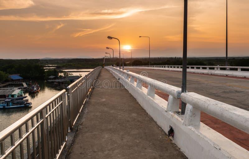 Μακροχρόνια διάβαση πεζών ακρών του δρόμου γεφυρών τσιμέντου στοκ εικόνα