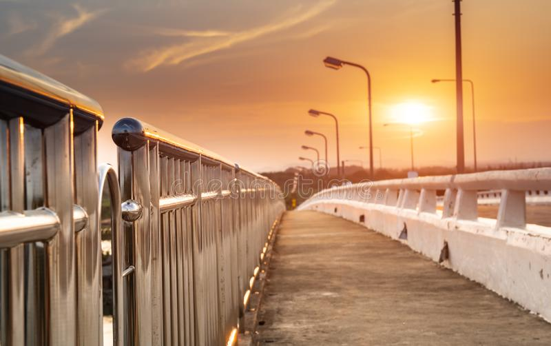Μακροχρόνια διάβαση πεζών ακρών του δρόμου γεφυρών τσιμέντου στοκ εικόνες
