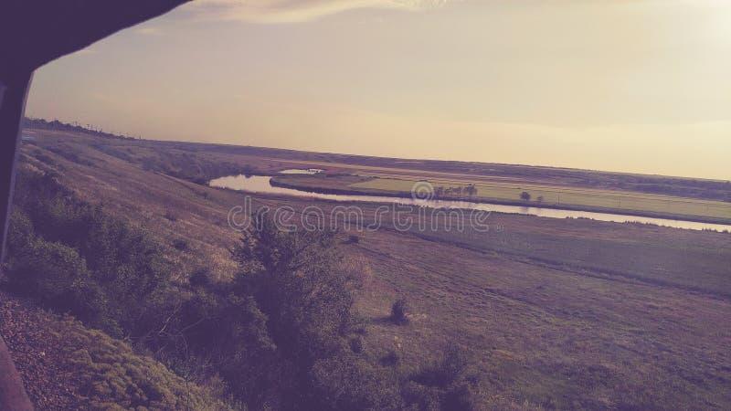 Μακροχρόνιος ποταμός και ατελείωτοι τομείς στοκ φωτογραφία με δικαίωμα ελεύθερης χρήσης