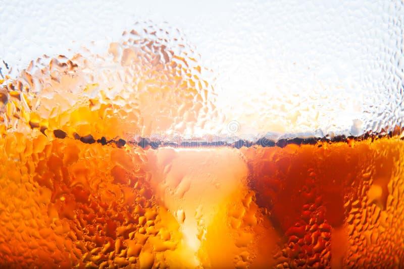 Μακρο άποψη ενός γυαλιού σόδας κόλας με τον πάγο και των σταγονίδιων των condens στοκ εικόνες