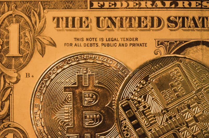 Μακρο άποψη ενός ζευγαριού των νομισμάτων Bitcoin που παρουσιάζουν λεπτομέρεια επιφάνειας της δημιουργίας στοκ φωτογραφία με δικαίωμα ελεύθερης χρήσης