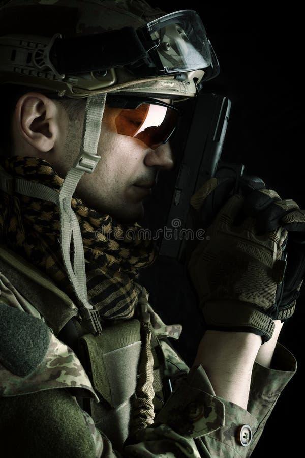 Μακρο άποψη του στρατιωτικού με το πυροβόλο όπλο στοκ εικόνα με δικαίωμα ελεύθερης χρήσης