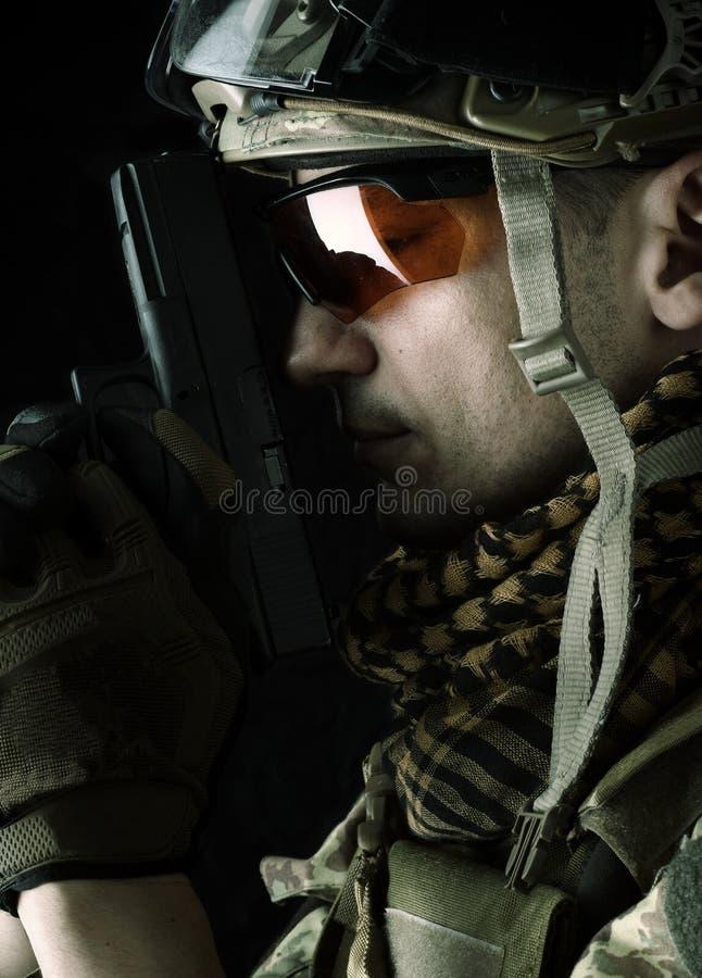 Μακρο άποψη του στρατιωτικού με το πυροβόλο όπλο στοκ εικόνες με δικαίωμα ελεύθερης χρήσης