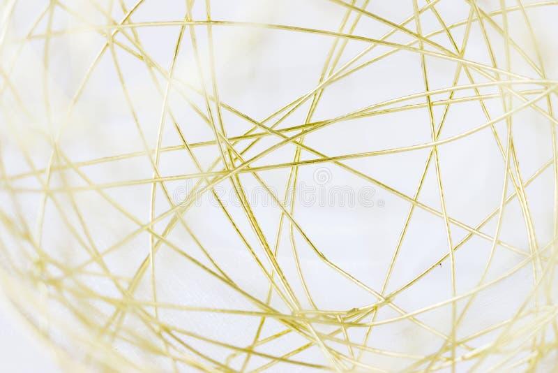 Μακρο εικόνα μιας χρυσής σφαίρας πλέγματος καλωδίων στοκ φωτογραφίες