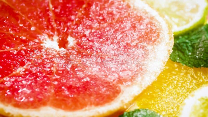 Μακρο εικόνα να αφορήσει ζάχαρης το gjuicy που κόβεται grapfruit στοκ εικόνες
