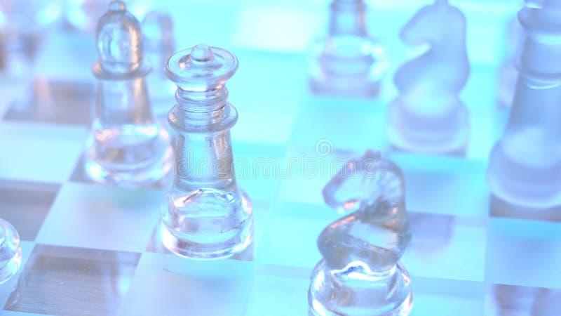Μακρο κινηματογράφηση σε πρώτο πλάνο των κομματιών σκακιού γυαλιού στο φυσικό φως στοκ εικόνα