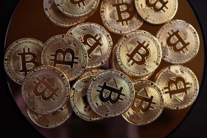 Μακρο κινηματογράφηση σε πρώτο πλάνο των bitcoins στοκ εικόνα με δικαίωμα ελεύθερης χρήσης