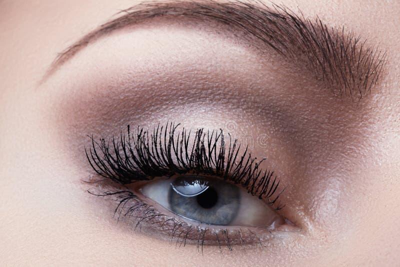 Μακρο μάτι με την ελαφριά σύνθεση μόδας, μακροχρόνια eyelashes, φρύδια στοκ φωτογραφία με δικαίωμα ελεύθερης χρήσης