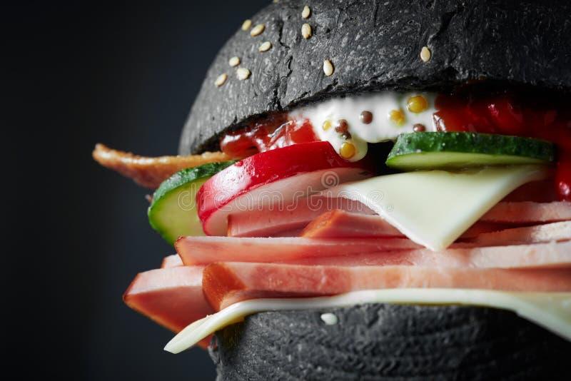 Μακρο μαύρο burger στοκ εικόνα με δικαίωμα ελεύθερης χρήσης