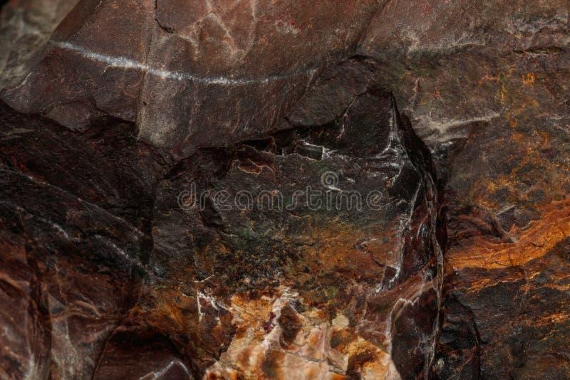 Μακρο ορυκτή ιάσπιδα πετρών στο μαύρο υπόβαθρο στοκ εικόνες