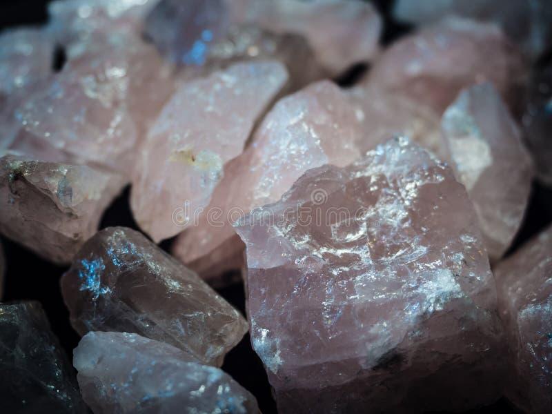 Μακρο ορυκτός ρόδινος χαλαζίας πετρών στο μαύρο υπόβαθρο στοκ εικόνες