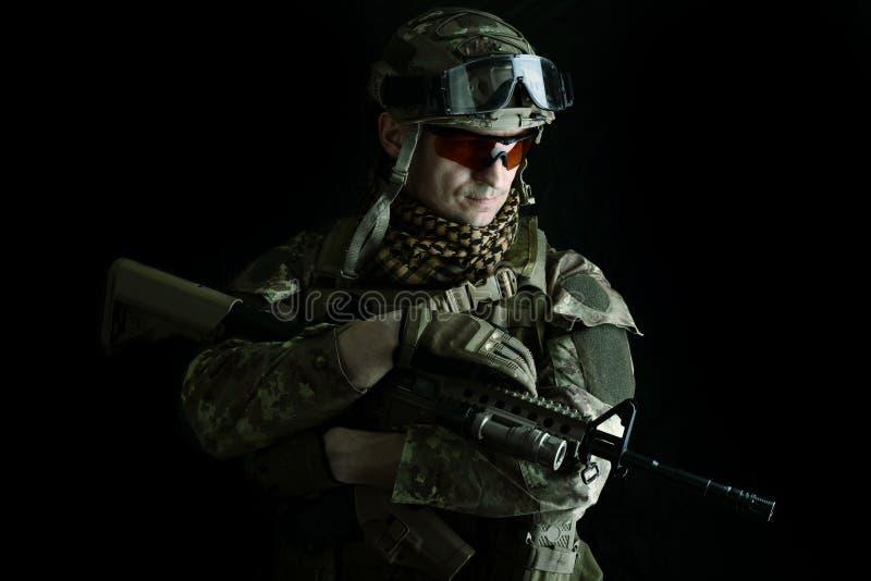 Μακρο πορτρέτο ενός ελεύθερου σκοπευτή στρατιωτικών στοκ φωτογραφία με δικαίωμα ελεύθερης χρήσης
