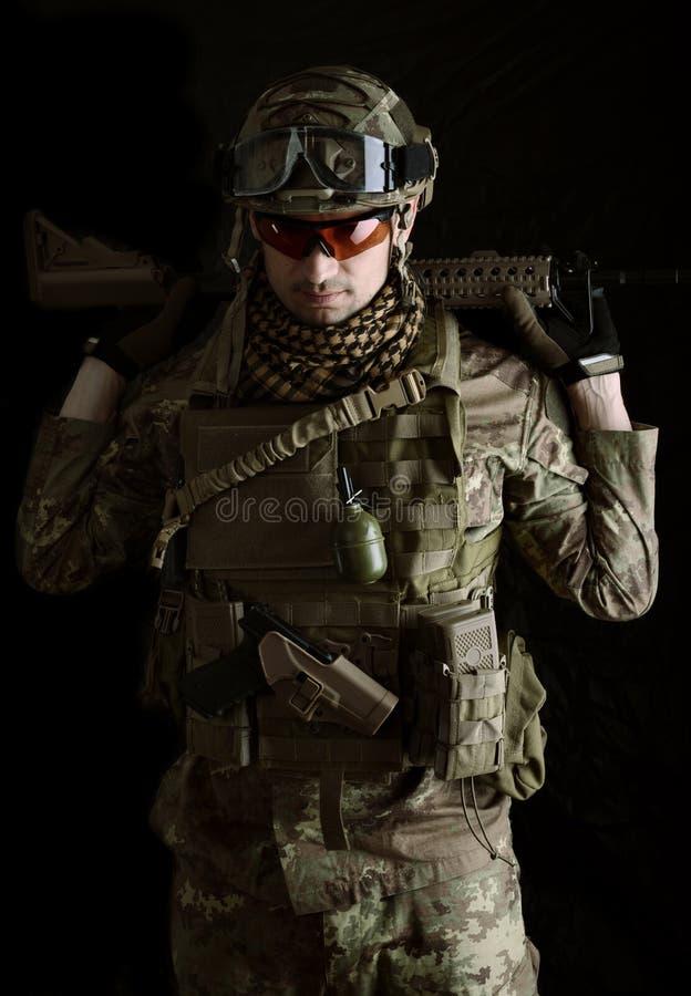 Μακρο πορτρέτο ενός ελεύθερου σκοπευτή στρατιωτικών στοκ εικόνα