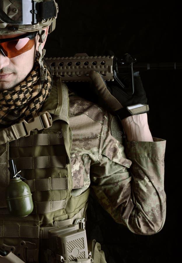 Μακρο πορτρέτο ενός ελεύθερου σκοπευτή στρατιωτικών στοκ φωτογραφίες