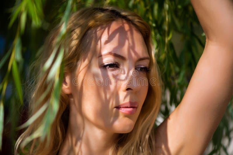 Μακρο πορτρέτο της νέας όμορφης ξανθής γυναίκας στοκ εικόνες