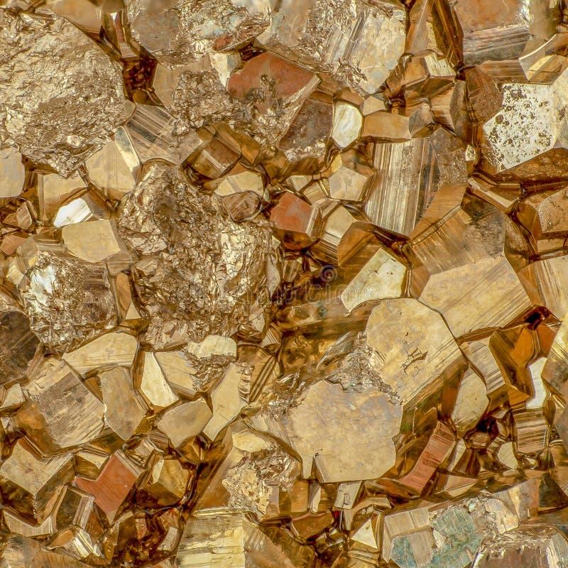 Μακρο πυροβολισμός των χρυσών κύβων πυρίτη χρώματος στοκ εικόνα