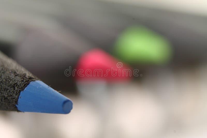 Μακρο στενός επάνω του σημείου ακρών του μπλε μολυβιού χρώματος στοκ φωτογραφία