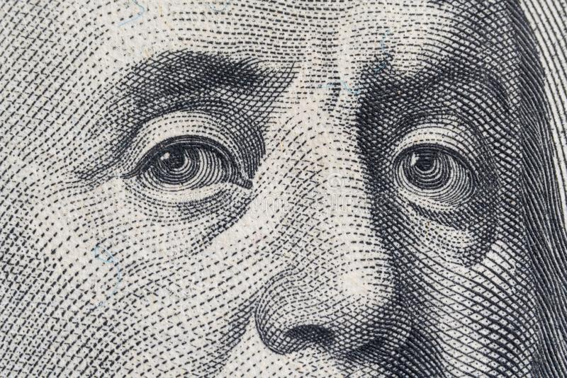 Μακρο στενός επάνω των ΗΠΑ λογαριασμός 100 δολαρίων Ακραία μακροεντολή Μάτια του Benjamin Franklin όπως απεικονίζεται στο λογαρια στοκ εικόνες