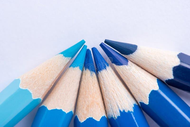 Μακρο φωτογραφία διάφορων μολυβιών του μπλε χρώματος σε μια λευκιά ΤΣΕ στοκ εικόνες