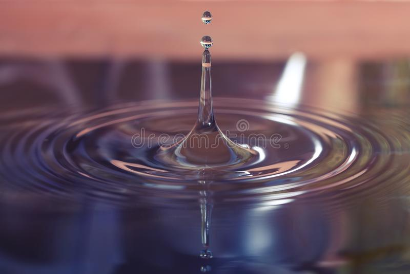 Μακρο φωτογραφία των πτώσεων νερού που περιέρχονται σε μια ομάδα του νερού στοκ φωτογραφία