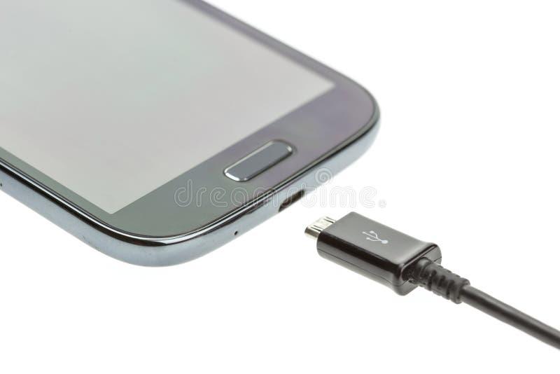 Μακρο Smartphone με το καλώδιο φορτιστών στοκ εικόνα με δικαίωμα ελεύθερης χρήσης