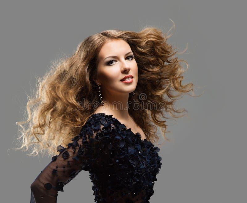 Μακρυμάλλης μόδας πρότυπη, μακρυμάλλεις περίθαλψη γυναικών και επεξεργασία, νέο κορίτσι που κυματίζουν Hairstyle στοκ εικόνες