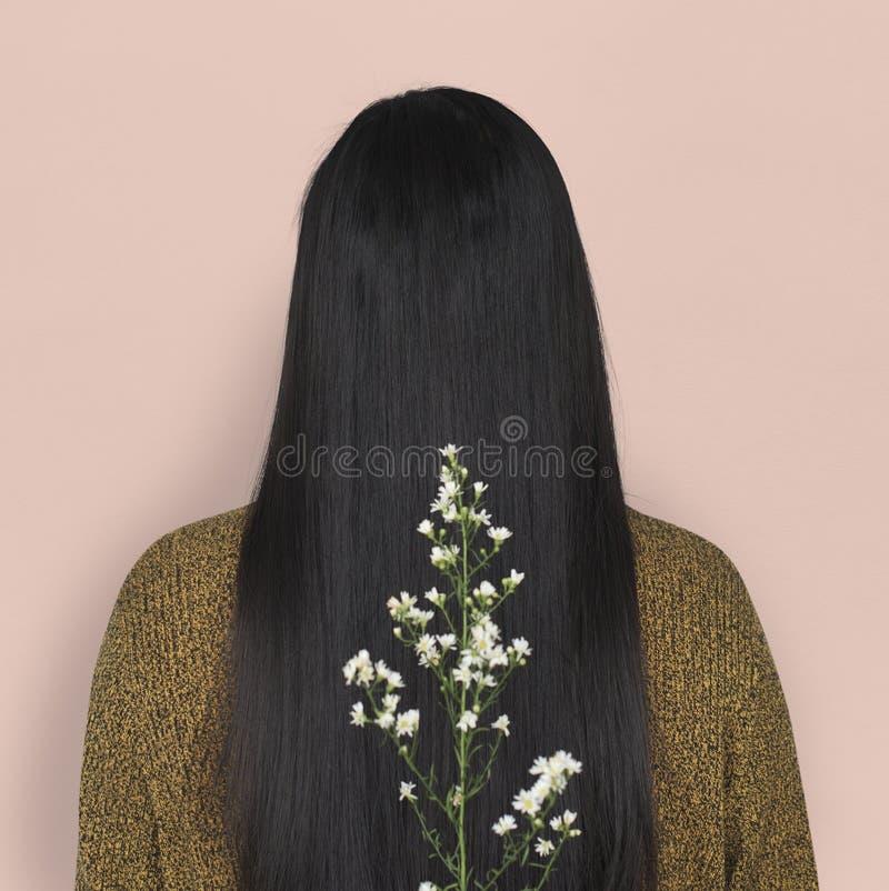 Μακρυμάλλης οπισθοσκόπος έννοια πορτρέτου λουλουδιών γυναικών στοκ εικόνες