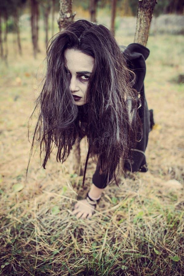 Μακρυμάλλες κορίτσι με το τρομακτικό makeup στοκ εικόνα με δικαίωμα ελεύθερης χρήσης