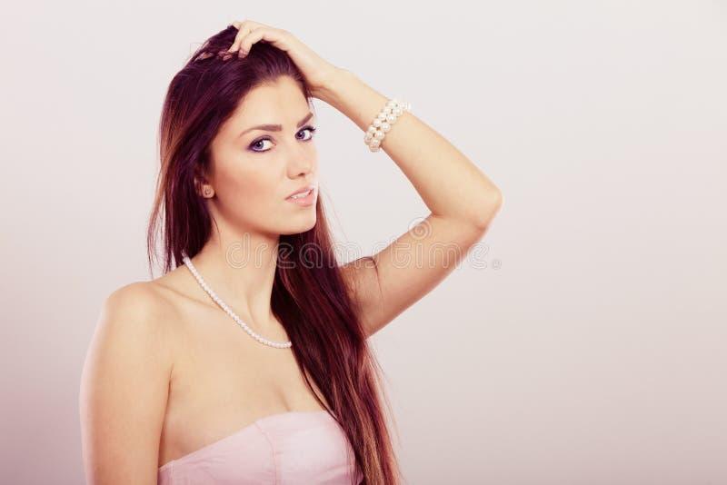 Μακρυμάλλης γυναίκα Brunette που φορά το περιδέραιο μαργαριταριών στοκ φωτογραφία με δικαίωμα ελεύθερης χρήσης