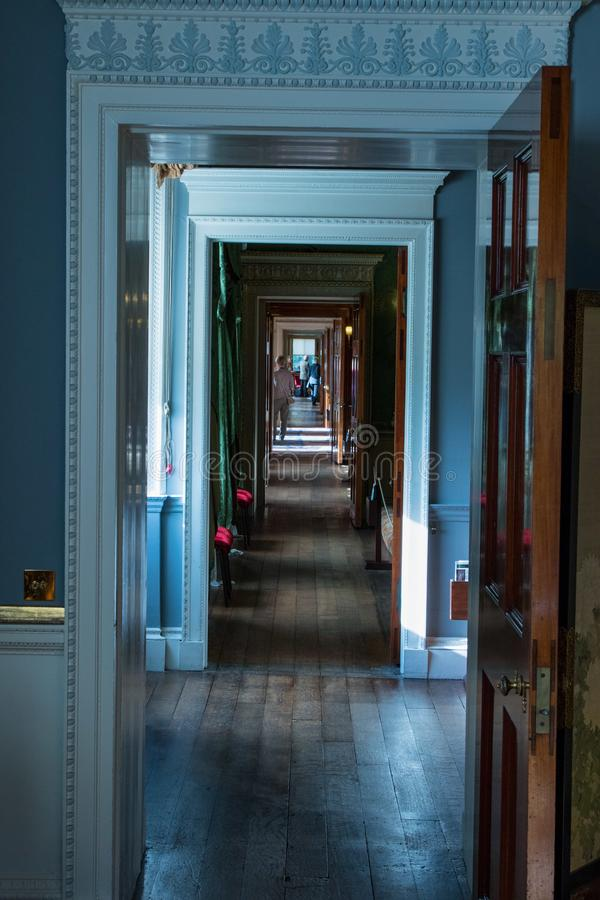 Μακρύς διάδρομος μέσα σε ένα εντυπωσιακό σπίτι στοκ εικόνες