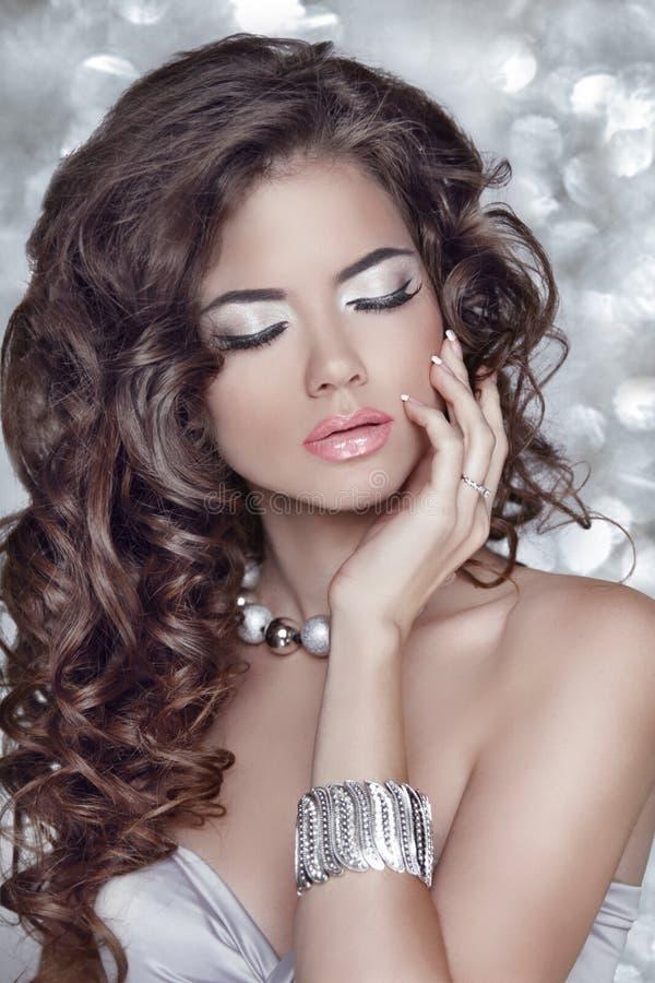 μακρύς κυματιστός τριχώμα&ta Η όμορφη γυναίκα brunette με τα αισθησιακά χείλια, κάνει στοκ εικόνες