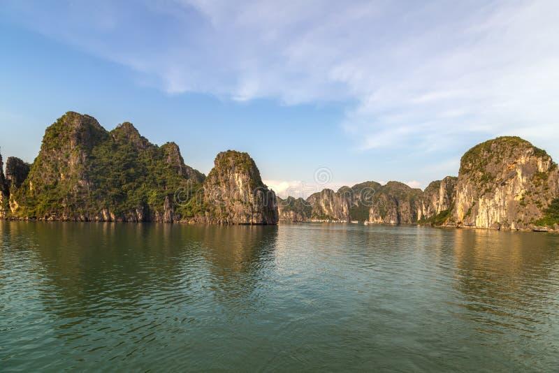 Μακρύς κόλπος και πράσινα βουνά Βιετνάμ εκταρίου στοκ φωτογραφία με δικαίωμα ελεύθερης χρήσης
