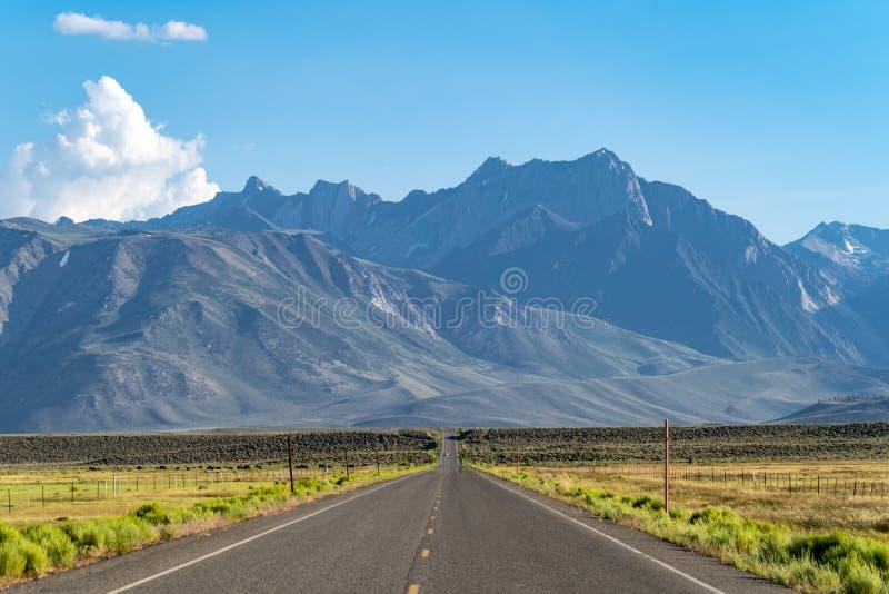 Μακρύς μόνος οδικός τίτλος στην ανατολική οροσειρά βουνό της Νεβάδας στοκ φωτογραφίες