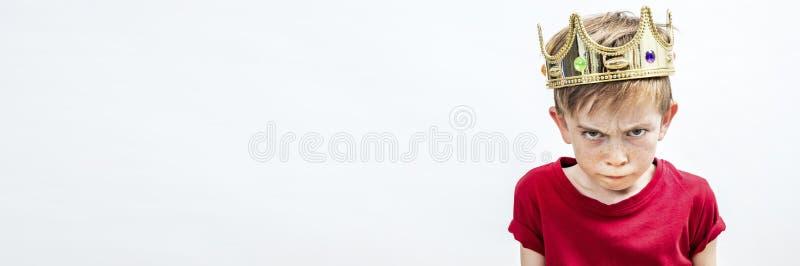Μακρύ έμβλημα του ενοχλημένου όμορφου χαλασμένου αγοριού με το βρώμικο βλέμμα και τη χρυσή κορώνα στοκ εικόνες