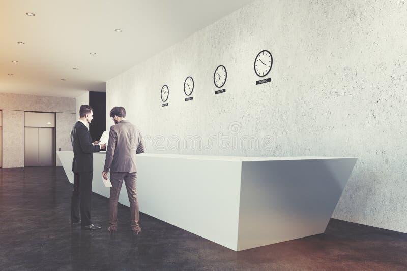 Μακρύ γραφείο υποδοχής, ρολόγια, πλευρά, σκυρόδεμα, άτομα στοκ φωτογραφία