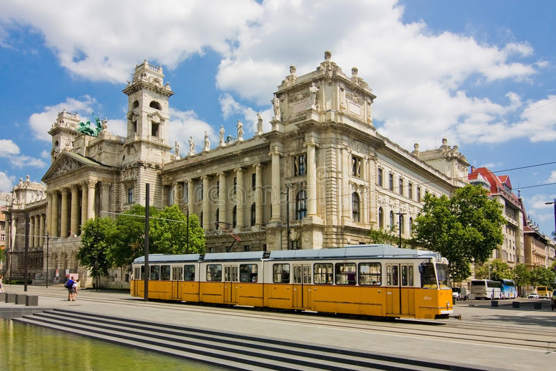 Μακρύ κίτρινο τραμ στη Βουδαπέστη στοκ φωτογραφία με δικαίωμα ελεύθερης χρήσης