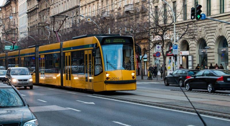 Μακρύ κίτρινο τραμ στις οδούς της Βουδαπέστης στοκ φωτογραφία με δικαίωμα ελεύθερης χρήσης