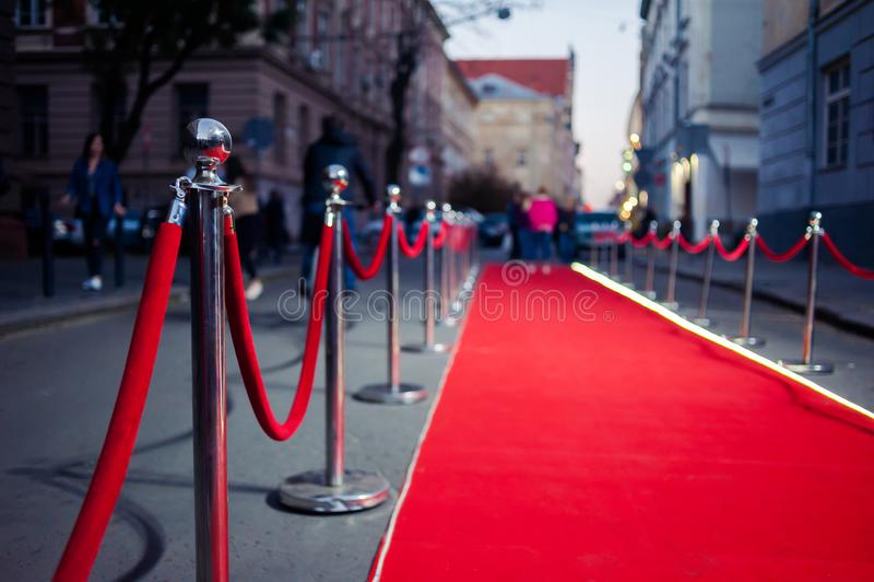 Μακρύ κόκκινο χαλί - χρησιμοποιείται παραδοσιακά για να χαρακτηρίσει τη διαδρομή που λαμβάνεται από τους αρχηγούς κράτους στις εθ στοκ φωτογραφίες με δικαίωμα ελεύθερης χρήσης