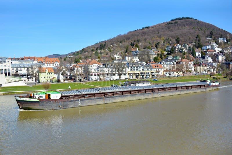 Μακρύ σκάφος μεταφορών με το φορτίο που κολυμπά πέρα από Neckar τον ποταμό στοκ φωτογραφία