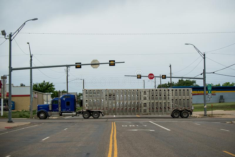 μακρύ truck Παράδοση φορτίου φορτηγών στοκ φωτογραφία