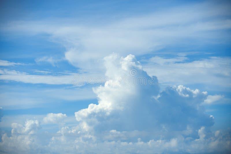 Μαλακά άσπρα σύννεφα στο μπλε ουρανό στοκ εικόνες
