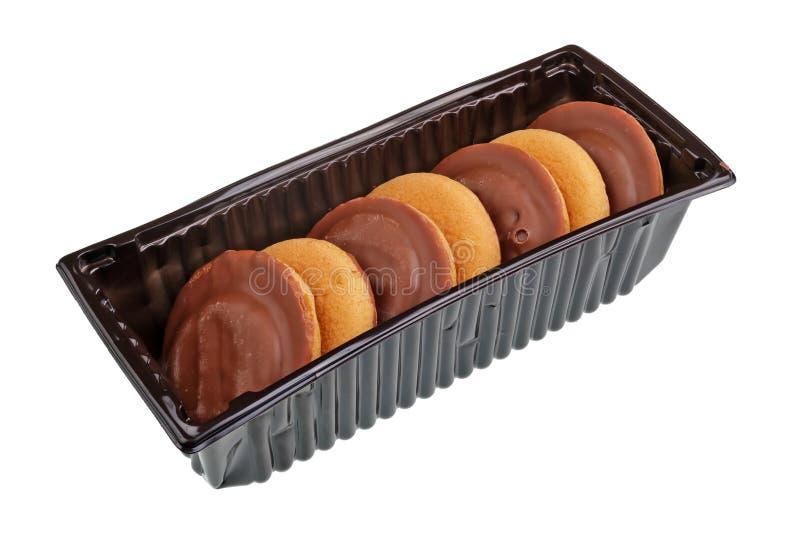 Μαλακά καφετιά donuts με το λούστρο μαρμελάδας και σοκολάτας στο πλαστικό κιβώτιο που απομονώνεται στοκ φωτογραφία