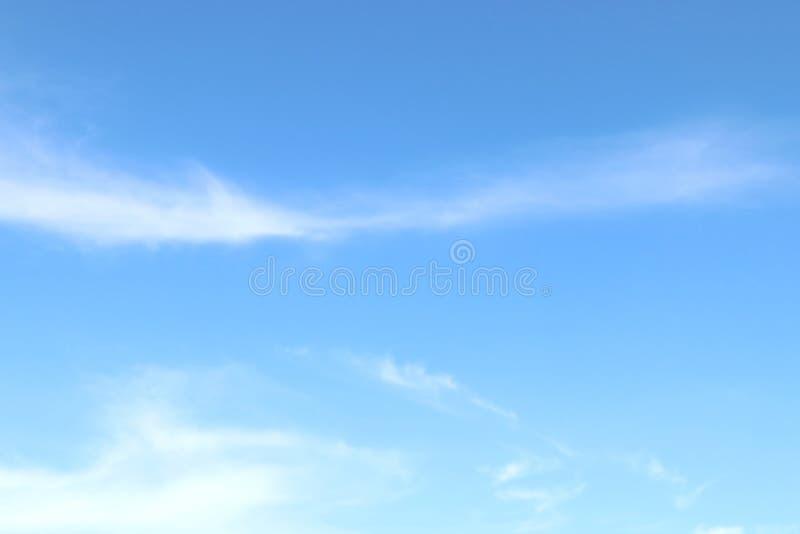 Μαλακά χνουδωτά σύννεφα ουρανού μπλε ουρανού σαφή, όμορφα μπλε άσπρα στοκ εικόνες με δικαίωμα ελεύθερης χρήσης